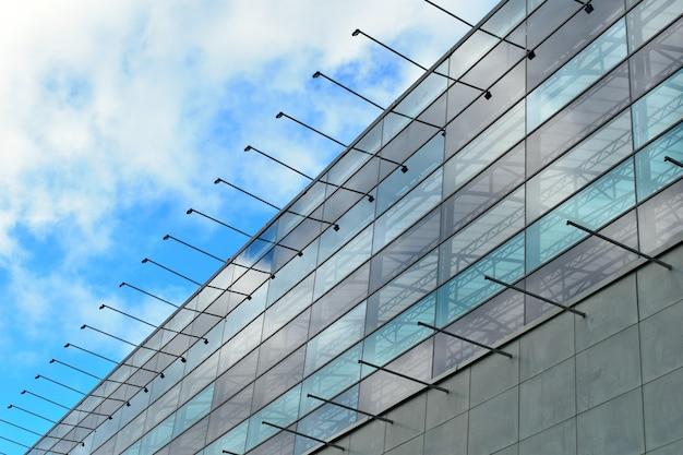 鋼とガラスで作られた建物