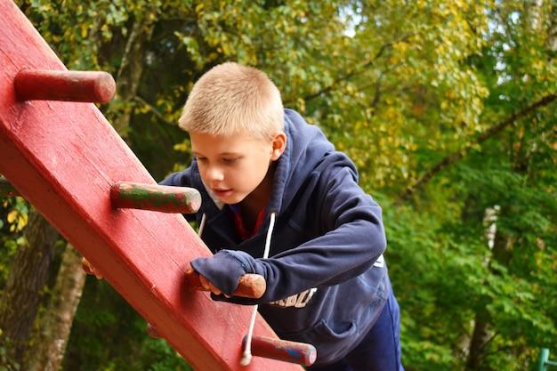 遊び場で遊ぶ少年