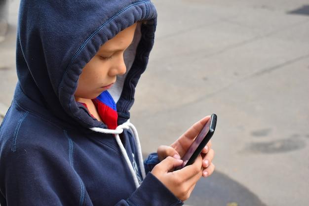 スマートフォンを使用して小さな男の子
