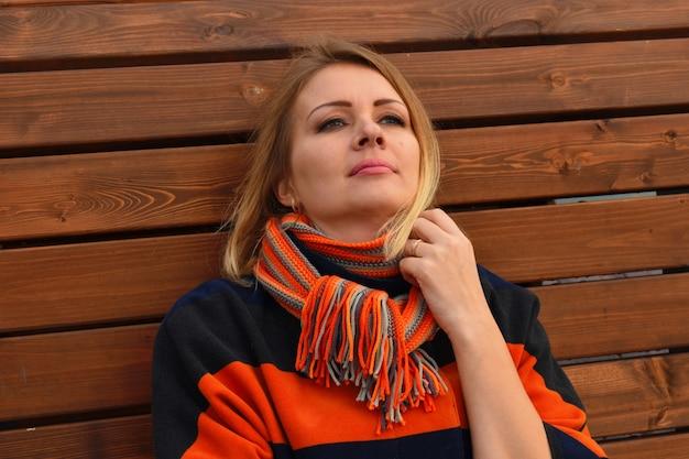 秋のコートを着た女性の肖像画