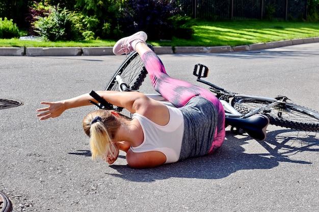 Женщина упала с велосипеда на дороге