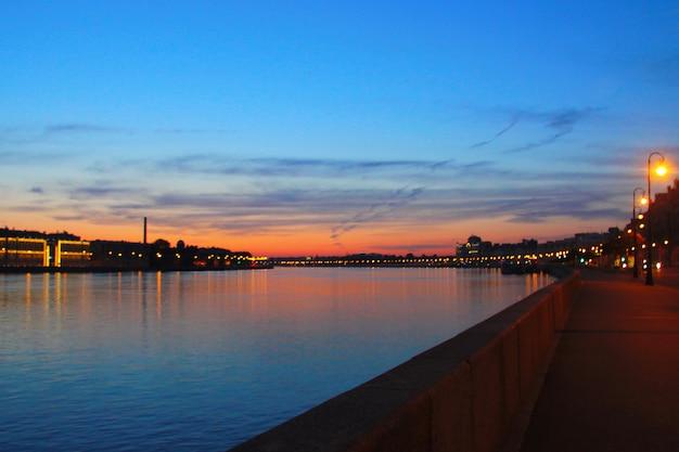 日没時の都市の堤防