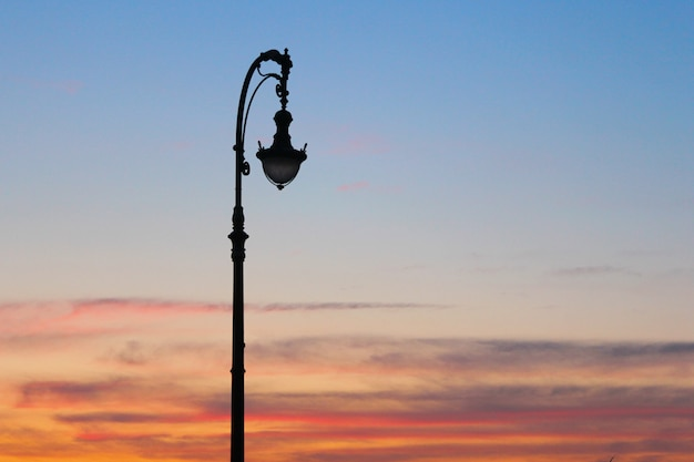 Уличный фонарь на синем и желтом небе