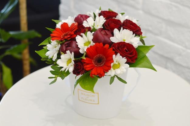 豪華なフラワーアレンジメント。箱の中の花。ロマンチックな開花ギフト。
