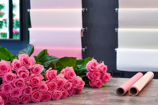 テーブルの上の花の美しいピンクの花束