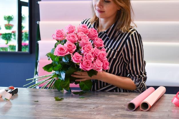 花束を作る女性。