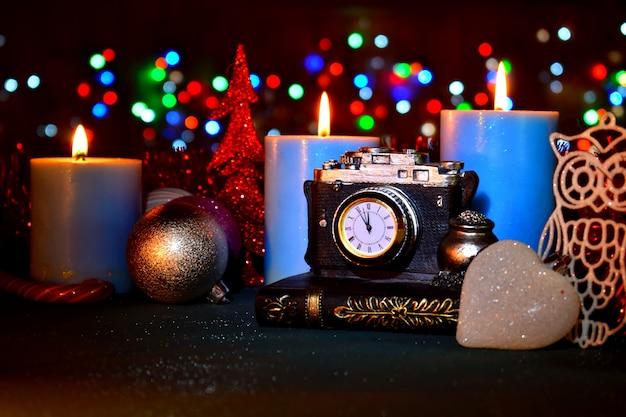 新年の時計は近づいている休日を示しています