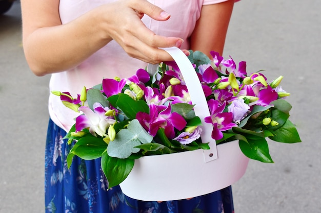 С днем матери. цветочная праздничная композиция.