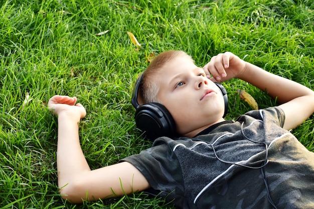ヘッドフォン屋外夏の悲しい少年