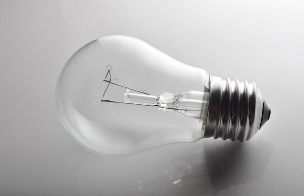 灰色の背景に白熱電球のクローズアップ。レトロな技術。エネルギー消費の概念。