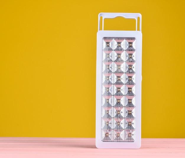 プラスチックは、黄色の背景に懐中電灯を主導