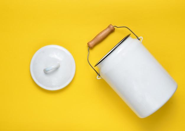 エナメルを塗ったミルクは、黄色のパステル背景にすることができます。上面図