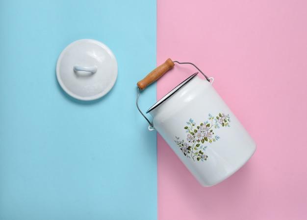 エナメルを塗ったミルクは、ブルーピンクのパステル背景にすることができます。上面図