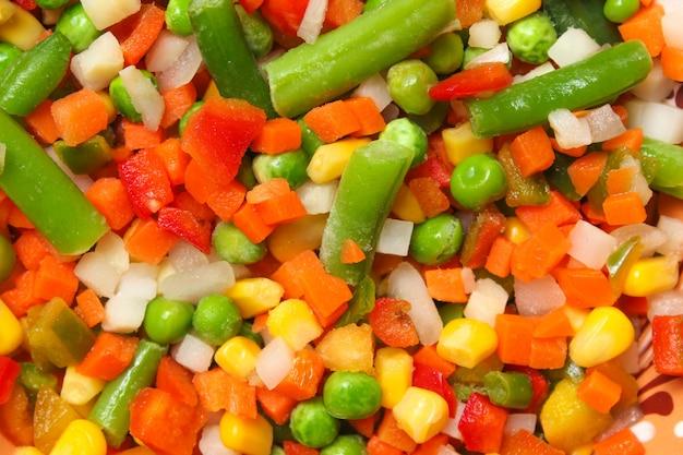 ニンジン、エンドウ豆、トウモロコシを含む野菜のミックスをクローズアップ