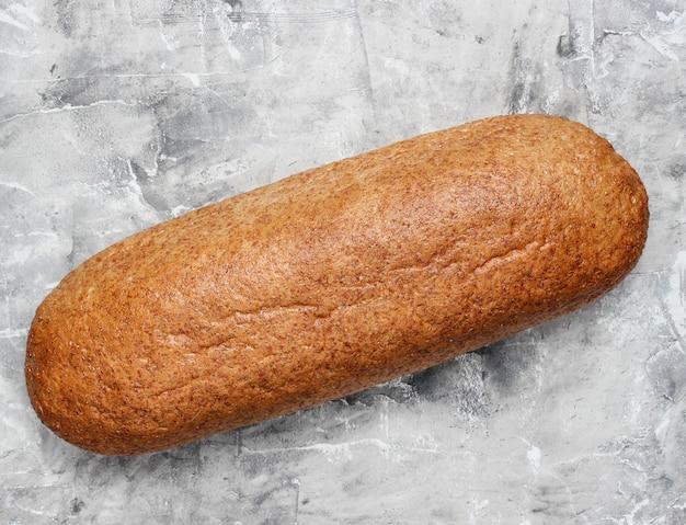 Хлеб с отрубями на серой бетонной поверхности