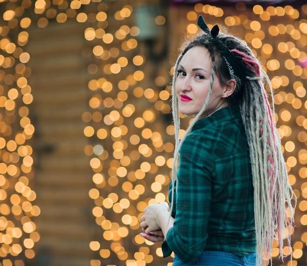 ドレッドヘアの髪型と格子縞のシャツを持つヨンインフォーマルな女性