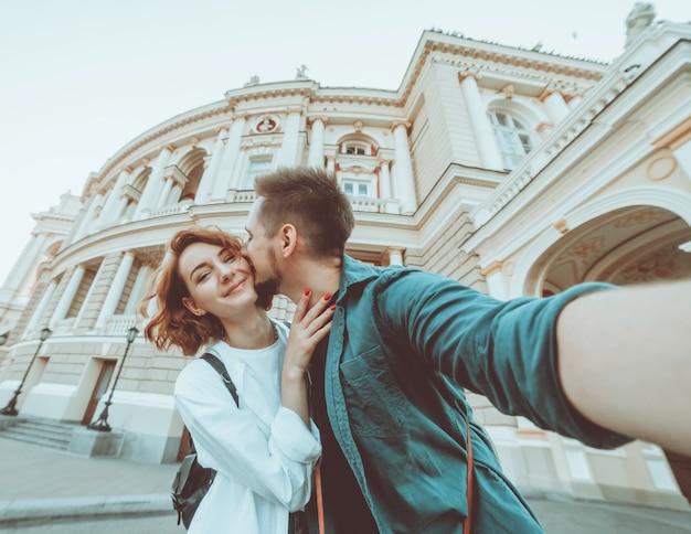 Молодая хипстерская влюбленная пара делает селфи портрет в городе. концепция путешествия. летний туризм