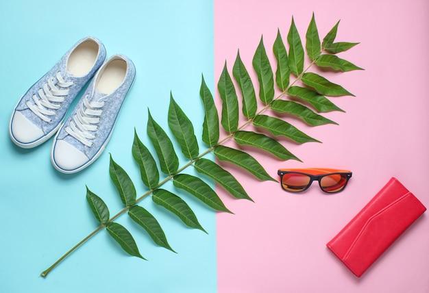 Лист папоротника, кроссовки, солнцезащитные очки, кошелек. женские аксессуары, ботанический стиль, вид сверху