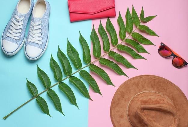 Лист папоротника, кроссовки, солнцезащитные очки, кошелек, шапка. женские аксессуары, ботанический стиль, вид сверху