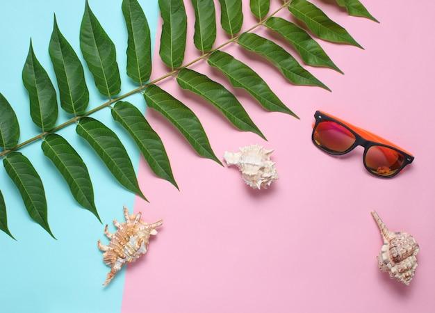 Лист папоротника, солнцезащитные очки, ракушки. женские аксессуары, ботанический стиль, пляжный отдых, вид сверху