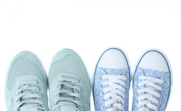 Две пары модных кроссовок изолированы. вид сверху. копировать пространство