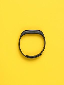 Умный браслет, трекер изолированы. вид сверху, минимализм