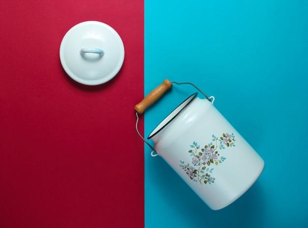 青赤の表面にエナメルを塗ったミルク缶