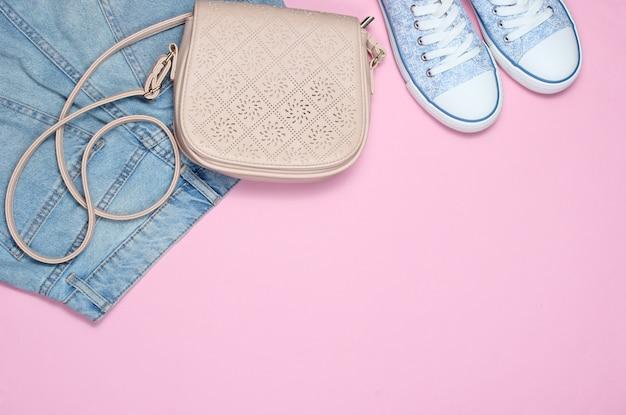 ピンクのファッショナブルな婦人服、靴、アクセサリー。バッグ、ジーンズ、バッグ。コピースペース。