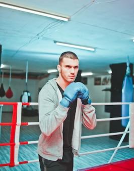 リングでスポーツ男ボクサーボクシング