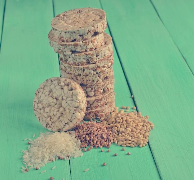 Хрустящее круглое гречневое и рисовое печенье с семечками