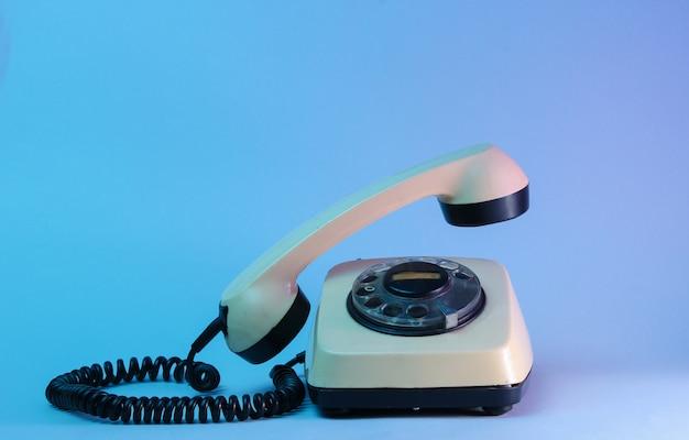 Поворотный телефон старого стиля с парящей телефонной ручкой