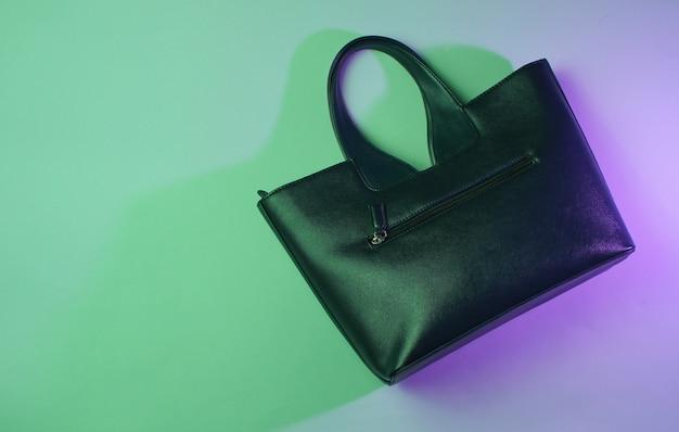 おしゃれな革のハンドバッグの上面写真