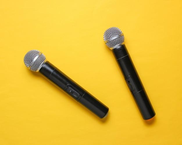 Два беспроводных микрофона на желтом.