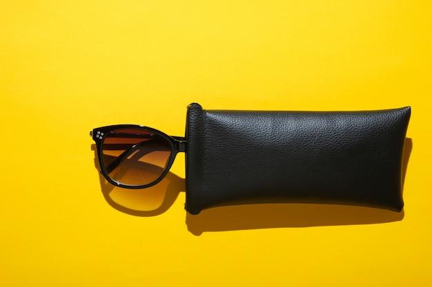 Модные солнцезащитные очки в защитном чехле. вид сверху