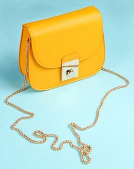 Желтая кожаная мини сумка с цепочкой