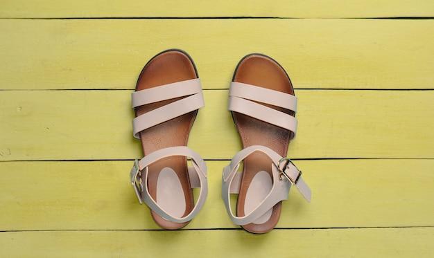 Вид сверху модных женских сандалий