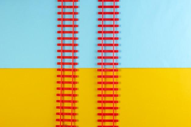 Игрушечные железнодорожные рельсы на цветной стол.