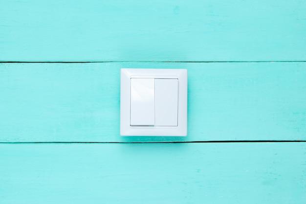青い木製の壁のスイッチを入れ、