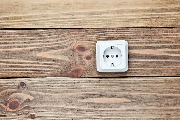 木製の壁の電源ソケット、
