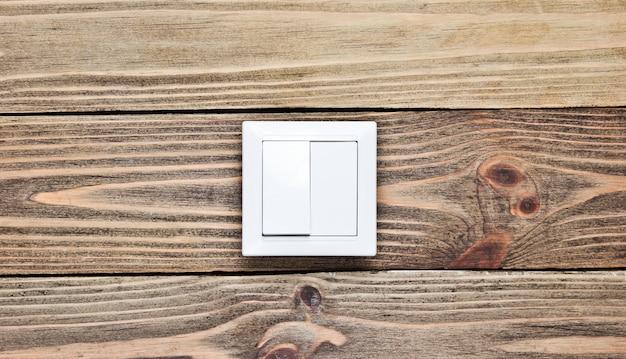 木製の壁にスイッチを入れ、