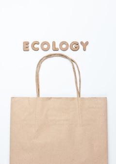 エコロジーという言葉で白い表面に紙バッグ。