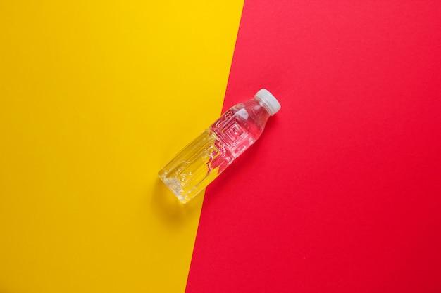 着色された表面に水のボトル。