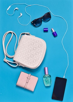 レディースアクセサリー:ハンドバッグ、財布、化粧品、サングラス。女性用バッグには何が入っていますか?トップビューフラットなファッション。