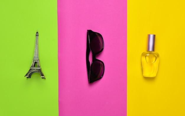 ファッションアクセサリーやお土産。エッフェル塔、サングラス、香水瓶の像。ミニマリストの傾向。上面図。