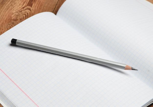 檻の中のノートに鉛筆します。