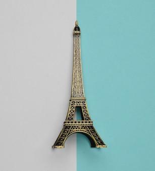 Сувенирная статуэтка эйфелевой башни. вид сверху. минималистский тренд.