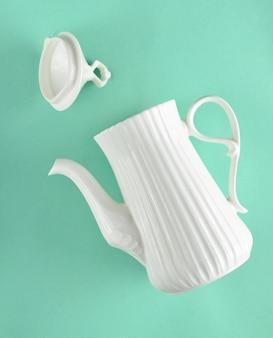 Белый керамический чайник.