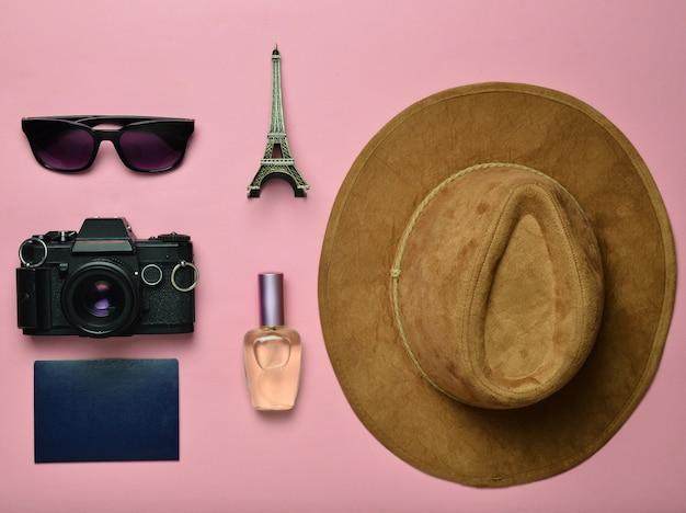 旅行、放浪癖のコンセプトへの情熱。フランス、パリへの旅。フェルトハット、フィルムカメラ、サングラス、パスポート、香水瓶、エッフェル塔レイアウトのお土産像。