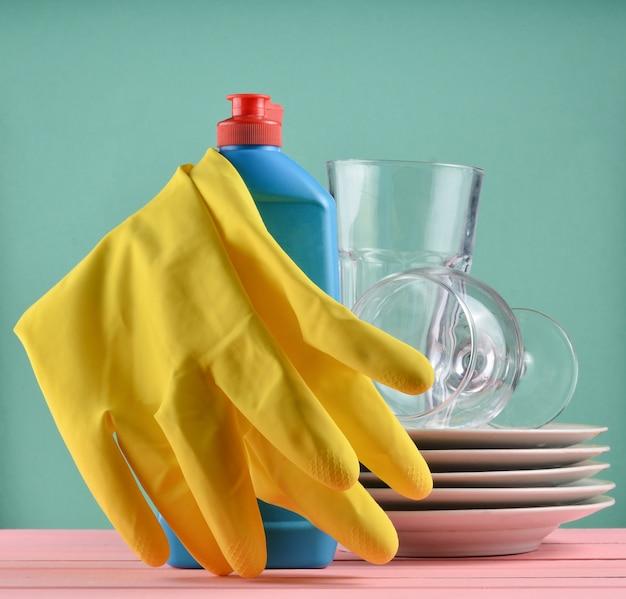 分離されたテーブルの上のお皿を洗うための製品。コピースペース