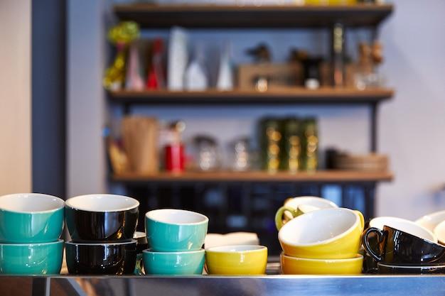 さまざまな色のカップとボウルが並んでいます